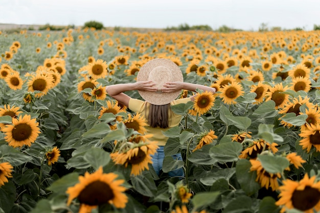 Vista posterior mujer con sombrero al aire libre