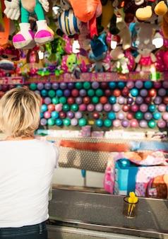 Vista posterior de la mujer en el stand de juego del festival