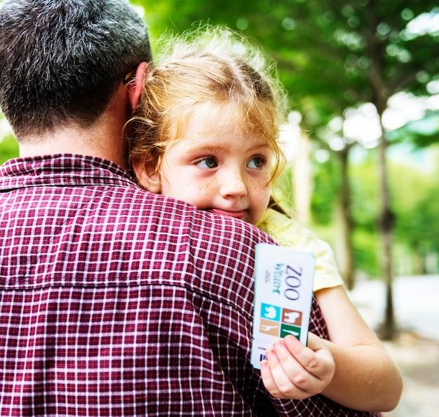 Vista posterior del padre con hija en el zoológico