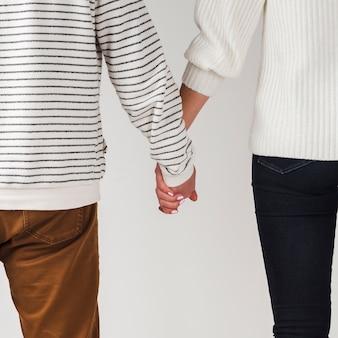 Vista posterior de la pareja cogidos de la mano para san valentín