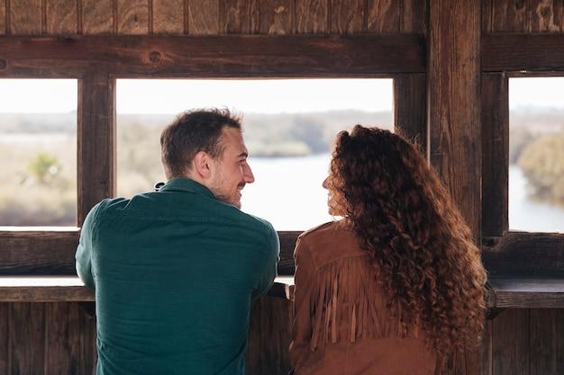 Vista posterior pareja dentro de un refugio