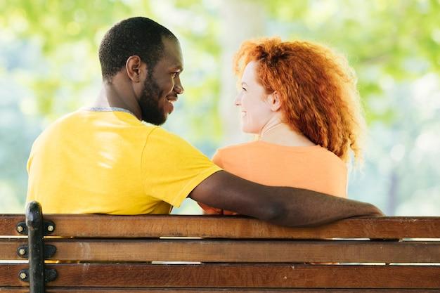 Vista posterior de la pareja mirando el uno al otro