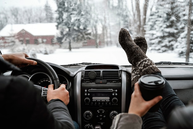 Vista posterior de la pareja en un viaje por carretera en el coche