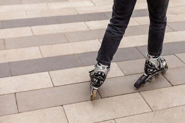 Vista posterior de patines en el pavimento