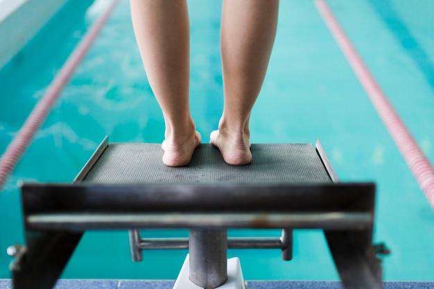 Vista posterior de pies en la plataforma