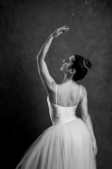 Vista posterior de la postura del ballet en escala de grises