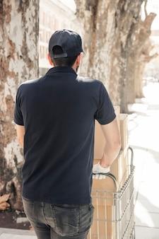 Vista posterior de un repartidor con cajas de cartón