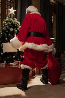 Vista posterior de santa claus en traje de navidad