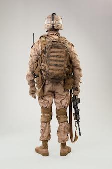 Vista posterior del soldado militar operador de marines del ejército estadounidense