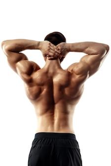 La vista posterior del torso del culturista masculino atractivo en el fondo blanco.