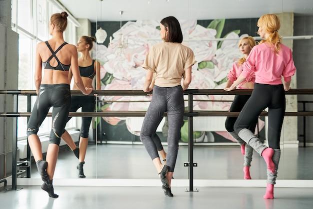 Vista posterior de tres bailarines de ballet