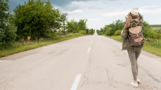 Vista posterior del viajero en busca de un viaje