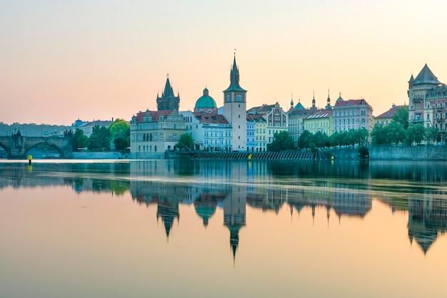 Vista de praga junto al río, amanecer en el puente de carlos al lado del castillo