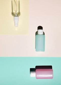 Vista de primer plano de botellas de colores
