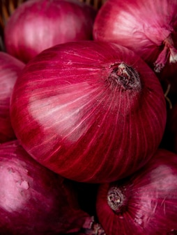 Vista de primer plano de cebollas rojas enteras