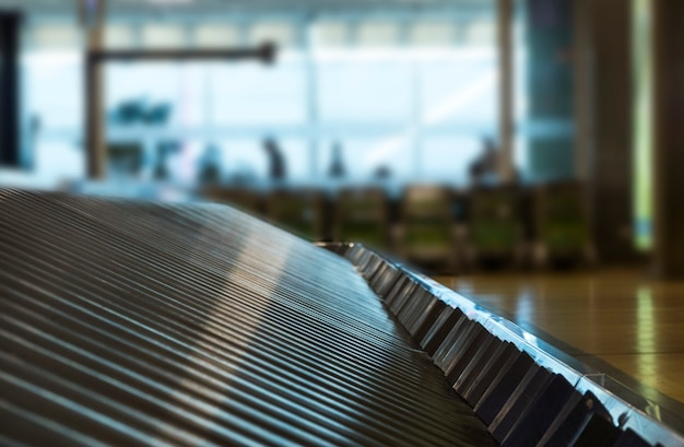 Vista de primer plano de una cinta de correr de equipaje