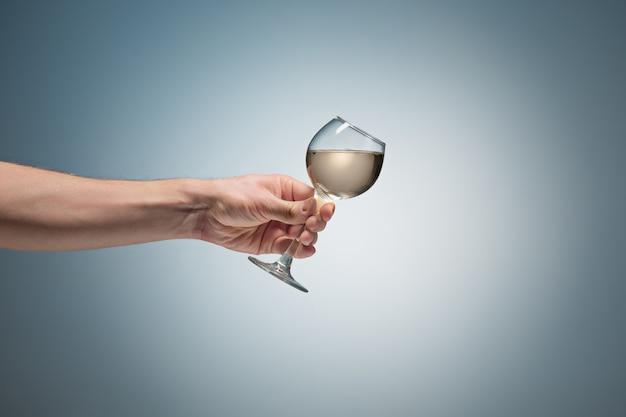 Vista de primer plano de copa de vino blanco