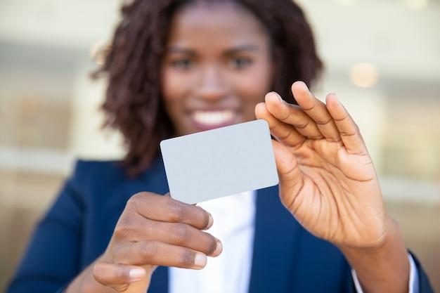 Vista de primer plano del gerente con tarjeta en blanco
