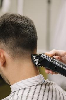 Vista de primer plano del hombre cortarse el pelo