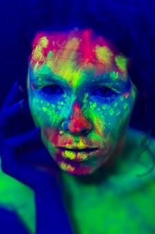 Vista de primer plano de mujer con colorido maquillaje fluorescente