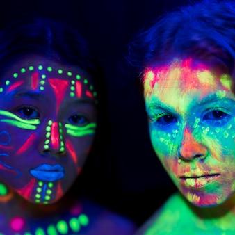 Vista de primer plano de mujeres con maquillaje fluorescente