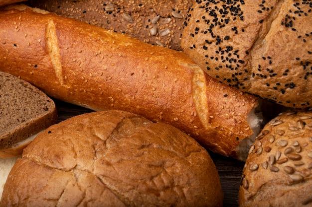Vista de primer plano de pan baguette cortado con pan de mazorca, pan de centeno y otros