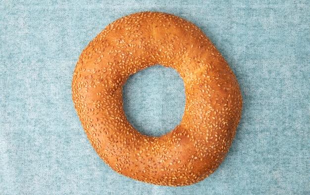 Vista de primer plano de pan de sésamo turco sobre fondo azul con espacio de copia
