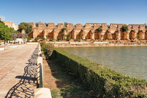 Vista principal de la plaza del palacio real en meknes, marruecos