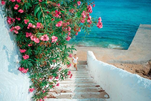 Vista del pueblo griego tradicional con casas blancas en la isla de mykonos, grecia