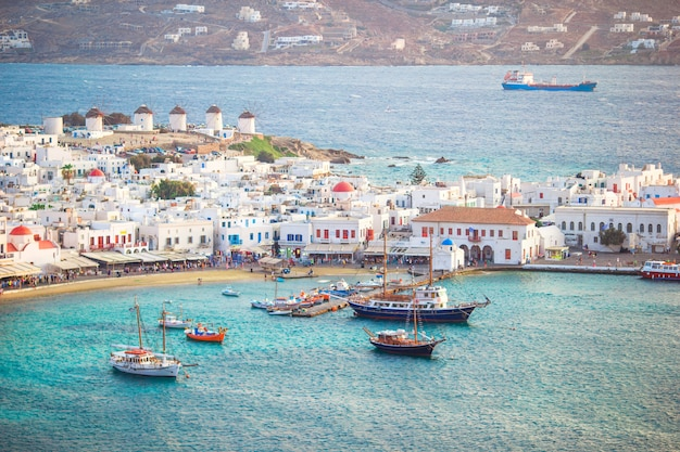Vista del pueblo griego tradicional con casas blancas en la isla de mykonos, grecia,