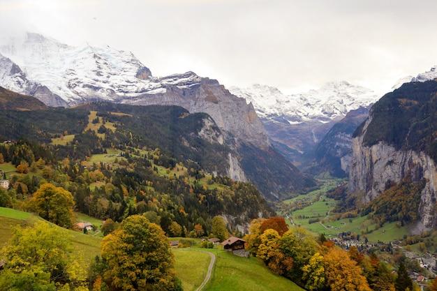 Vista del pueblo rural en la naturaleza y el medio ambiente en suiza