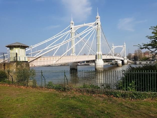 Vista del puente de albert, londres, inglaterra.