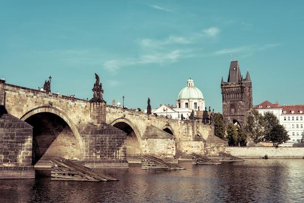 Vista del puente de carlos y el casco antiguo. praga, república checa