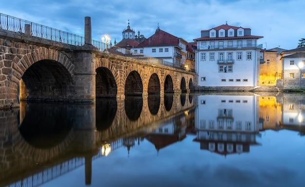 Vista del puente romano que cruza el río tamega, en chaves, portugal.