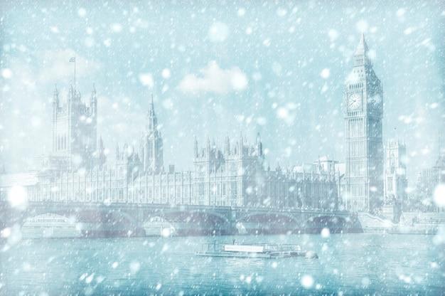 Vista del puente de westminster y la casa del parlamento con nieve
