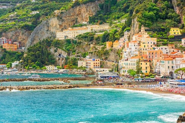 Vista del puerto de la ciudad de amalfi en la costa de amalfi, campania, italia
