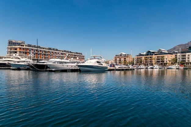 Vista del puerto de ciudad del cabo con yates y barcos en un día soleado