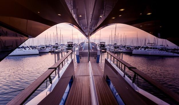 Vista del puerto con detalles de yates. hermoso cielo al atardecer en la bahía marina.