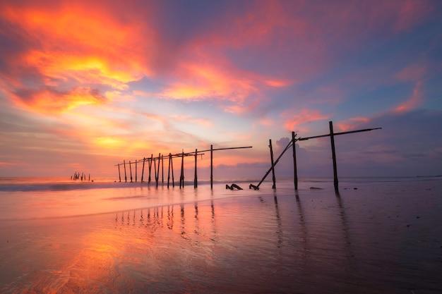 Vista de la puesta de sol en el puente de pilai en phang nga, tailandia