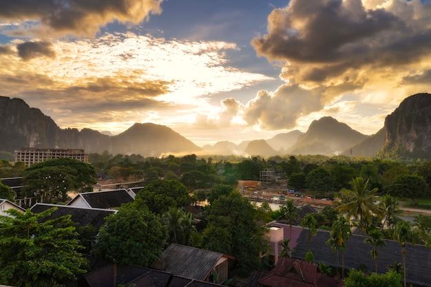 Vista para la puesta de sol en vang vieng, laos.