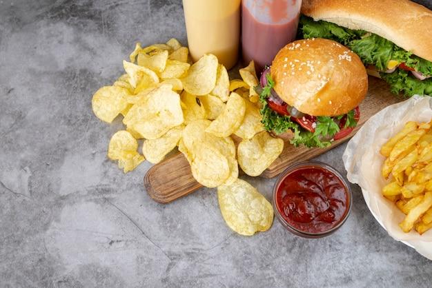 Vista rápida de comida rápida en la mesa