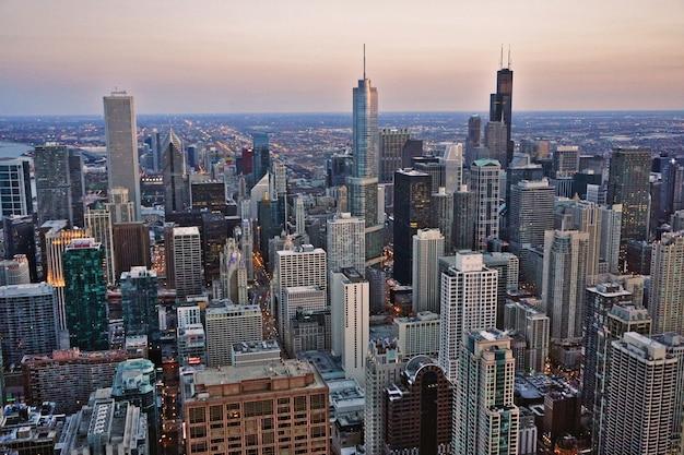 Vista de los rascacielos en el centro de chicago durante el atardecer