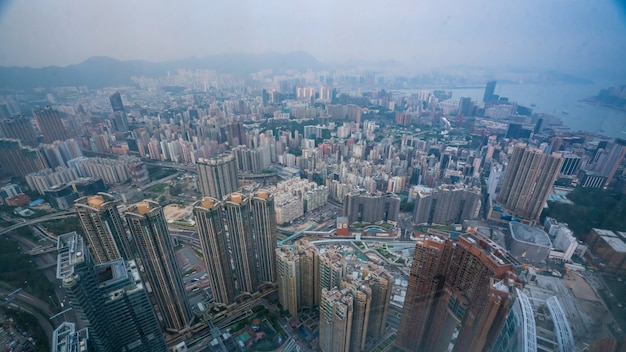 Vista de rascacielos de edificio comercial en hong kong