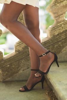 Vista recortada de las piernas de lady walking down stairs