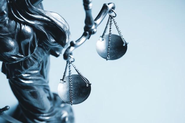Vista recortada en escala de grises de la balanza de la justicia