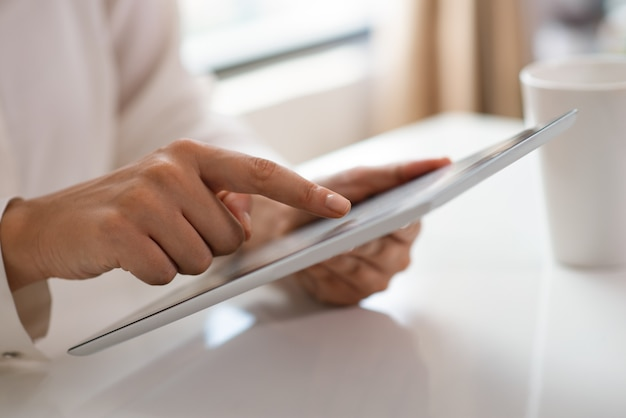 Vista recortada de freelancer trabajando con touchpad