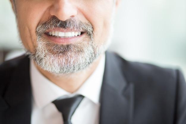 Vista recortada del líder empresarial sonriente