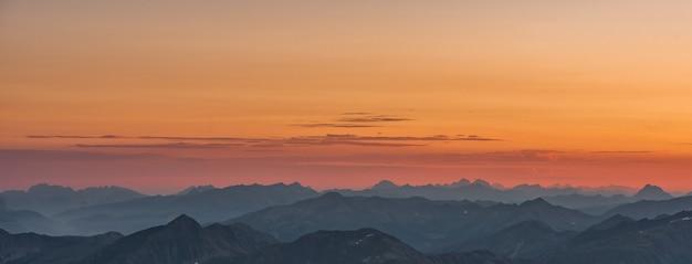 Vista regional de las montañas durante el atardecer