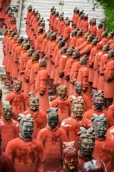Vista de réplicas de estatuas ubicadas en el parque buddha eden, bombarral, portugal