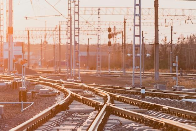 Vista de los rieles, durmientes de hormigón y montículo de piedra triturada. las vías del ferrocarril.